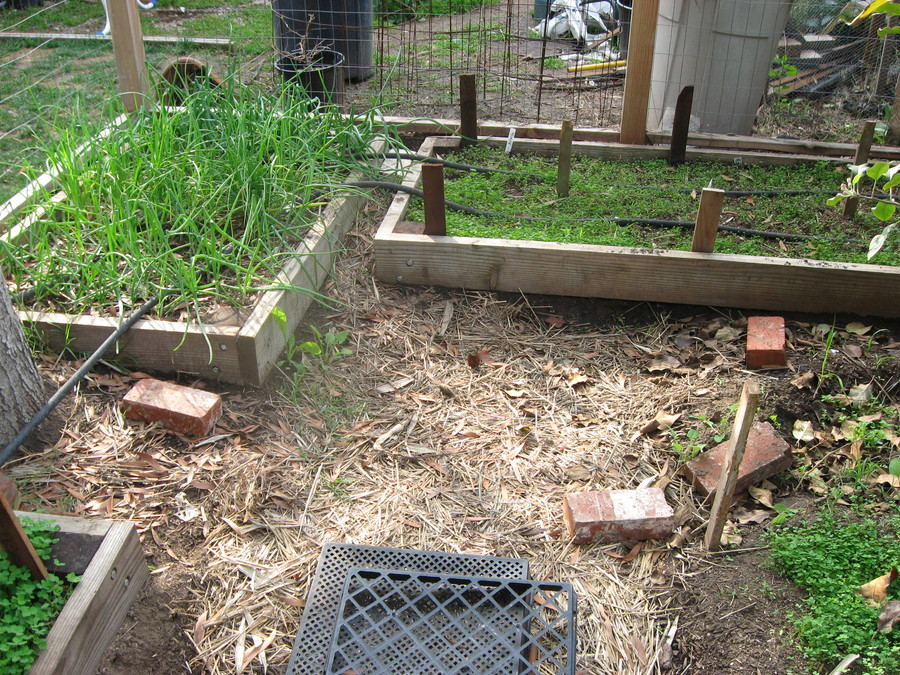 Gardening_gate_building_runyon_canyon_022.full